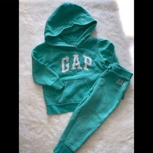 Gap jogging suit